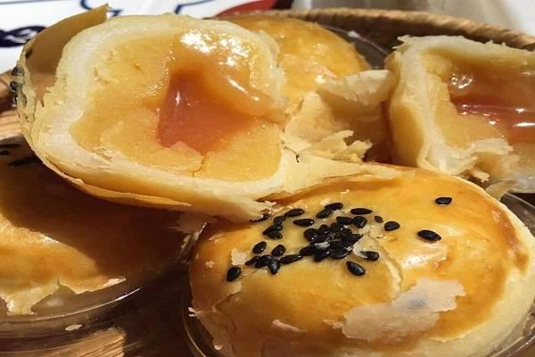 Bánh trung thu trứng muối tan chảy bị lỗi
