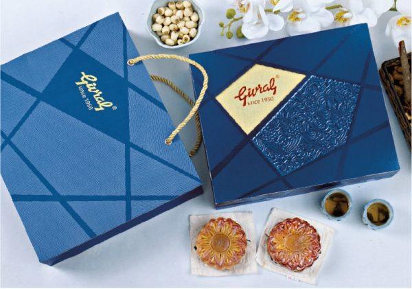 hộp giấy màu xanh đựng bánh trung thu