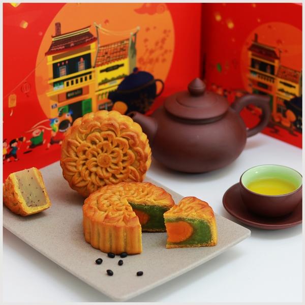 uống trà và ăn bánh trung thu